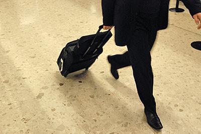 homme valise aeroport