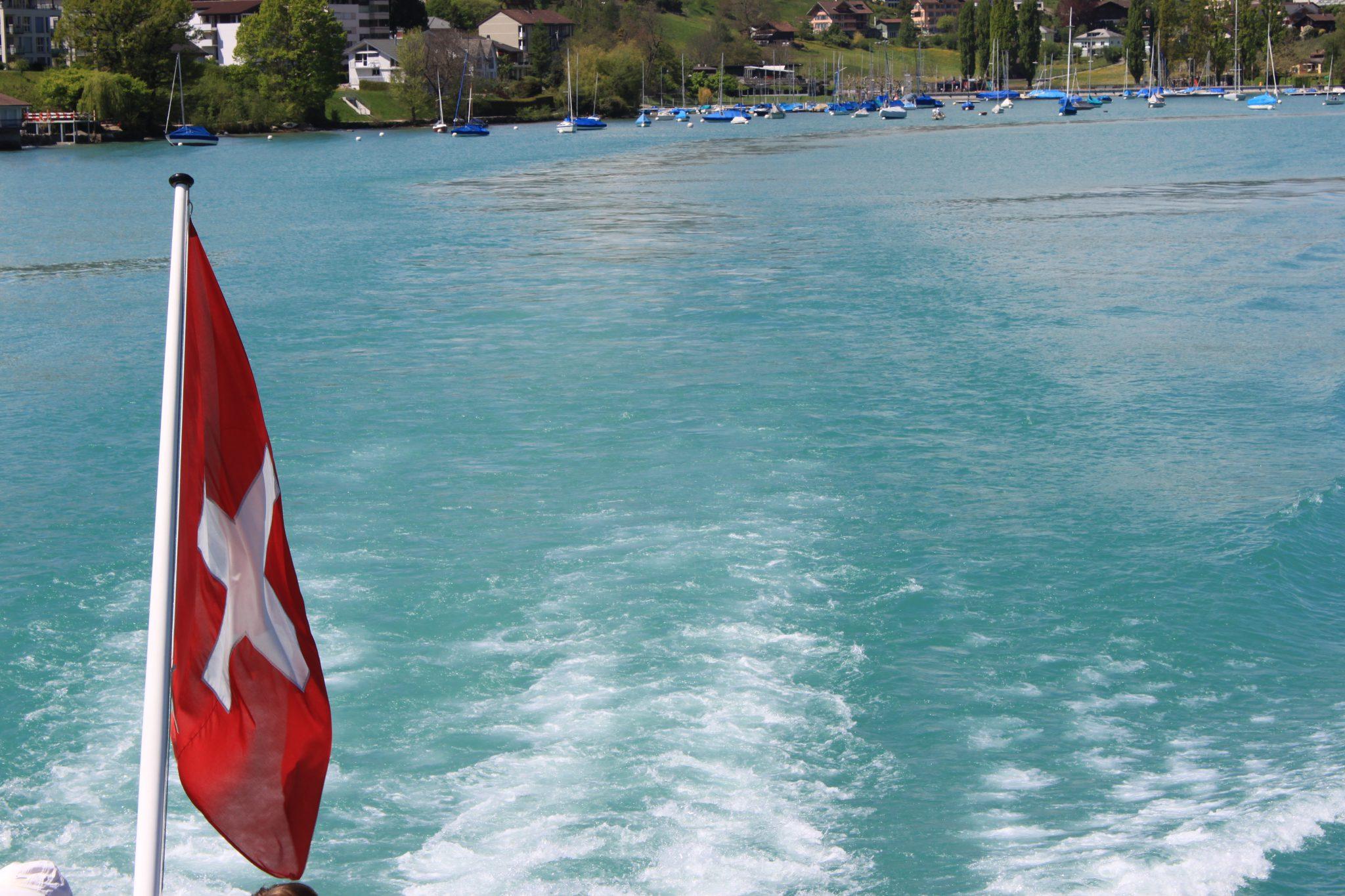 drapeau suisse + lac