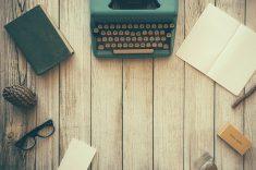 machine à écrire et bloc note