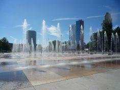 fc4s - place des nations Genève - petits jets d'eau devant des immeubles