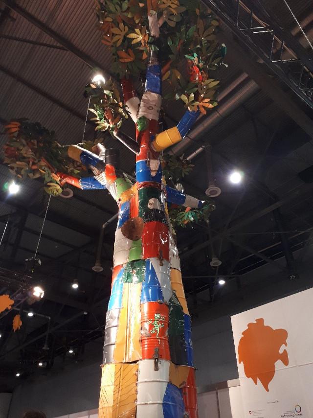 Salon Africain du livre - arbre mutlicolore faire de métal (boîtes conserve et tonnau) recyclés