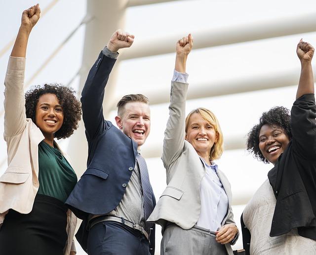 management intercutlurel : qautre personnes en tailleur de différentes cultures