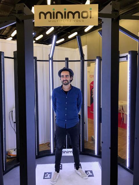 Pedro Ribeiro, fondateur de Minimoi dans la cabine de prise de vues.